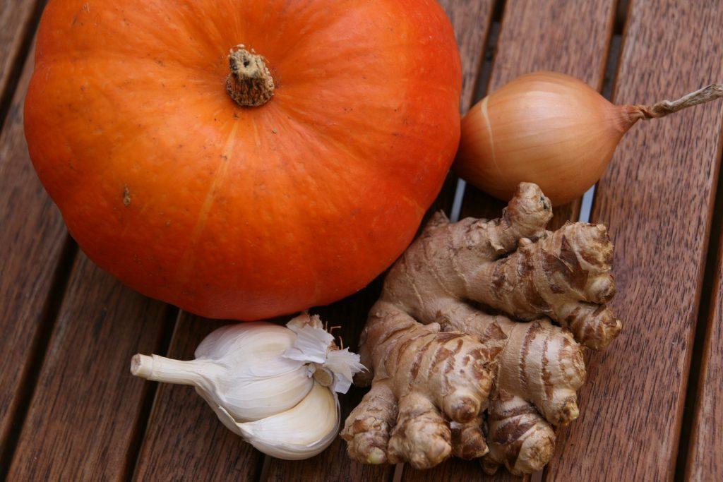 Beispiele für die Geschmacksrichtung Scharf sind Zwiebel, Ingwer und Knoblauch.